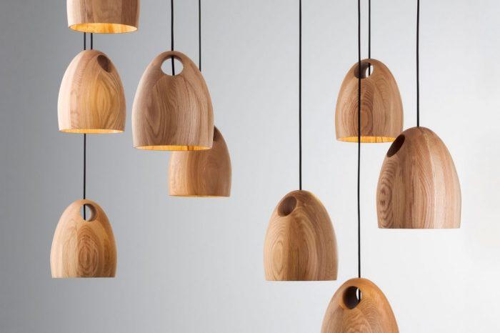 Светильники с деревянными плафонами отлично впишутся в интерьер кухни.