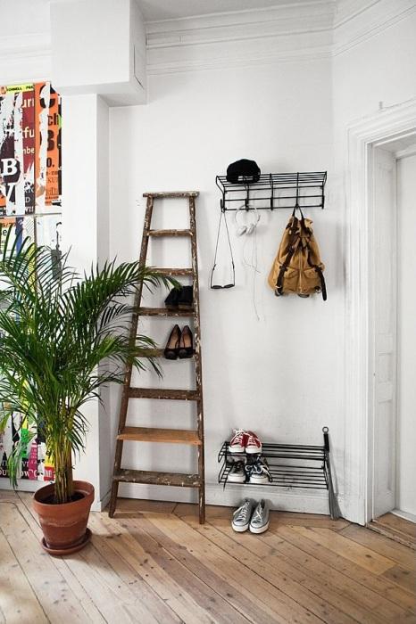 Старая деревянная лестница, из которой соорудили полки для хранения обуви.