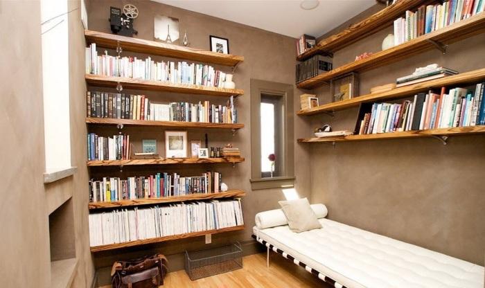 Небольшое помещение, которое является не только местом для хранения книг, но и комнатой для отдыха.
