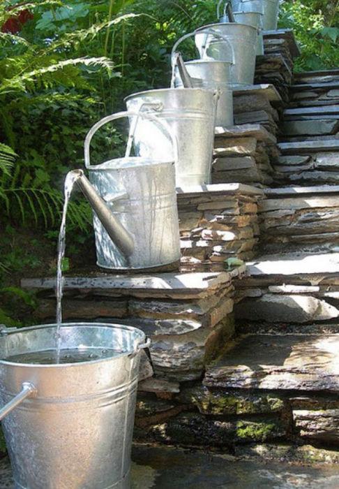 Настоящий водопад из обычных леек и цинковых ведер.