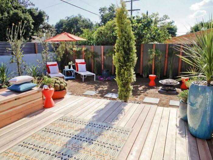 Прекрасный загородный участок с классическим панельным забором из металлических профилированных листов высокого качества.