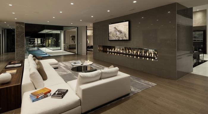 Зеркала и правильно подобранное освещение помогут визуально расширить пространство помещения.