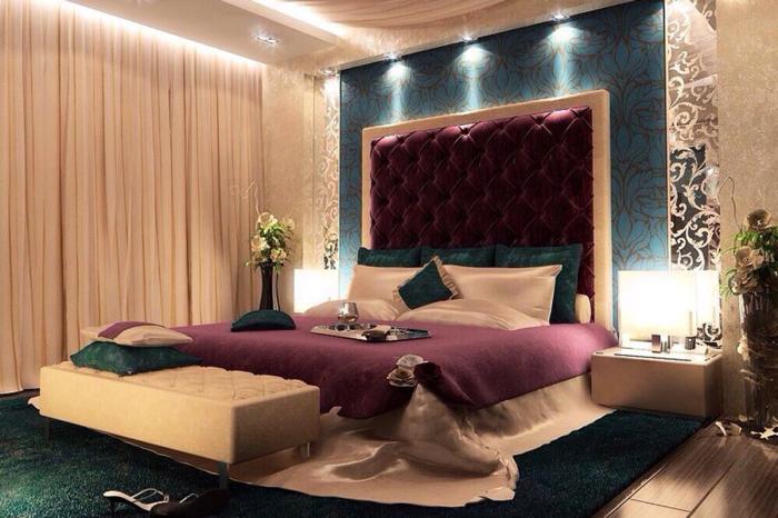 Мягкое изголовье кровати яркого фиолетового оттенка.