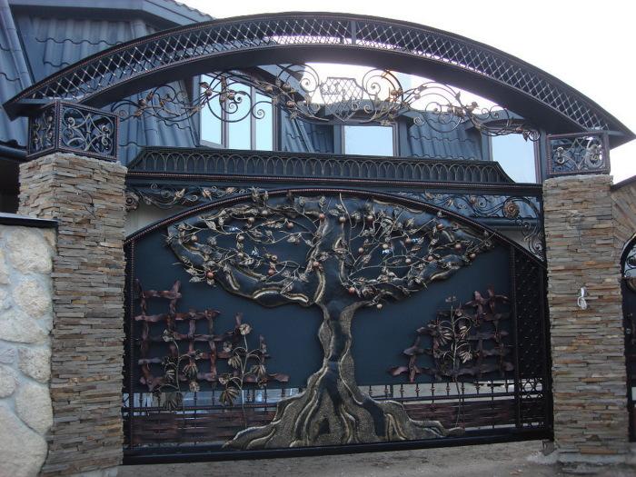 Эксклюзивные металлические ворота с множеством кованных элементов.