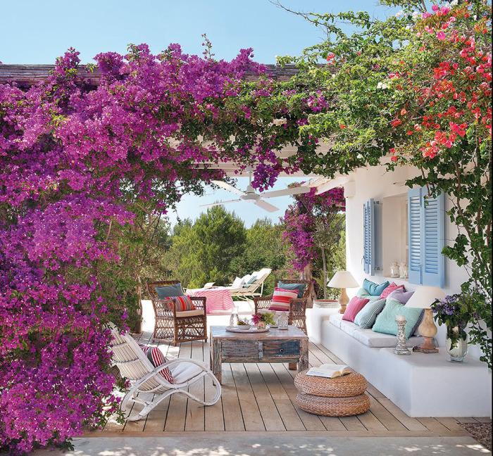 Просто идеальное место для отдыха, окруженное пышными растениями, спрятанное от посторонних глаз.