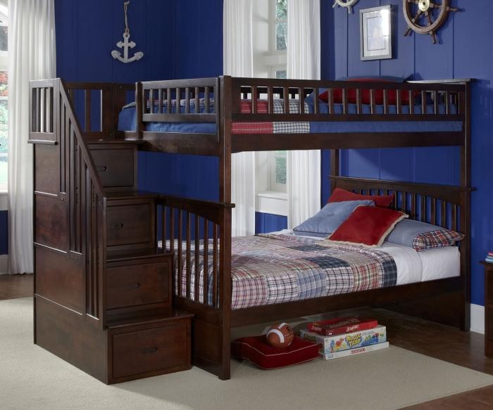 Стильная двухъярусная деревянная кровать с массивной лестницей и оригинальными встроенными шкафчиками.