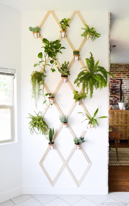 Деревянная ромбовидная решетка, на которую можно повесить небольшие цветочные горшки.