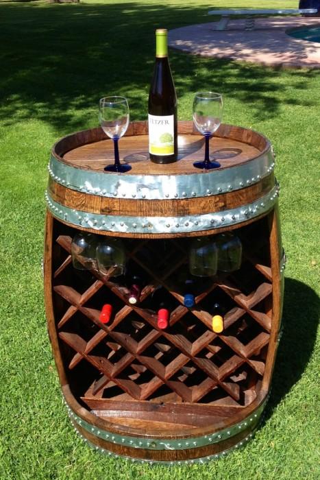 Создание из винной бочки многофункционального мини-бара не потребует много времени и сил.