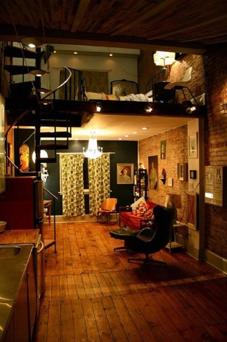 Современная двухэтажная гостиная комната с правильно подобранным освещением.