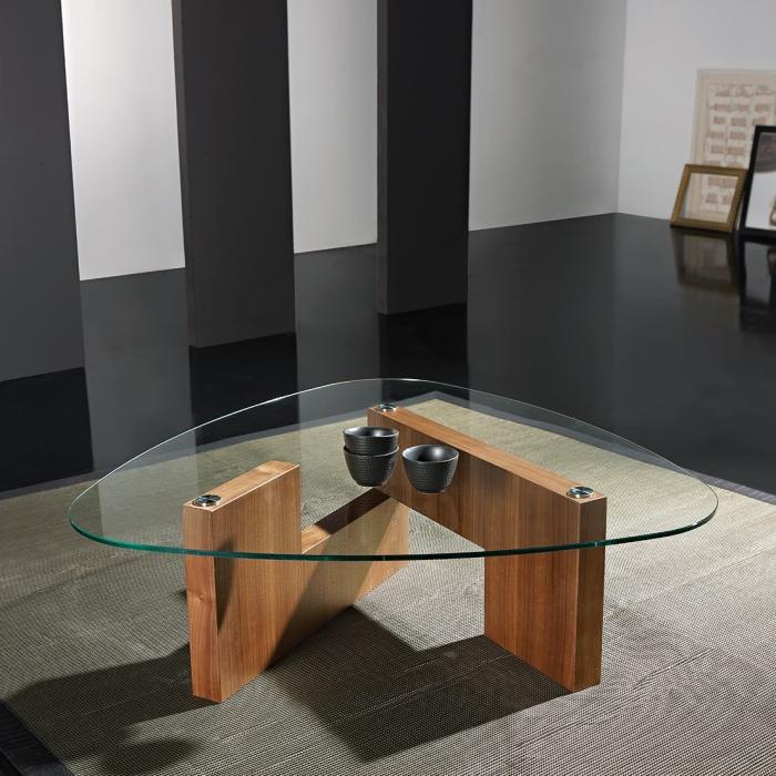 В классическом интерьере гостиной не обойтись без небольшого журнального столика из натурального дерева и стекла.