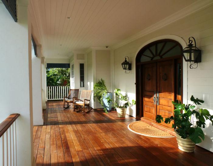 Для того, чтобы преобразить веранду, достаточно сменить или перекрасить входную дверь.