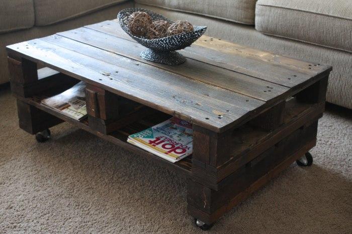 Журнальный столик из поддонов в классическом старинном стиле.