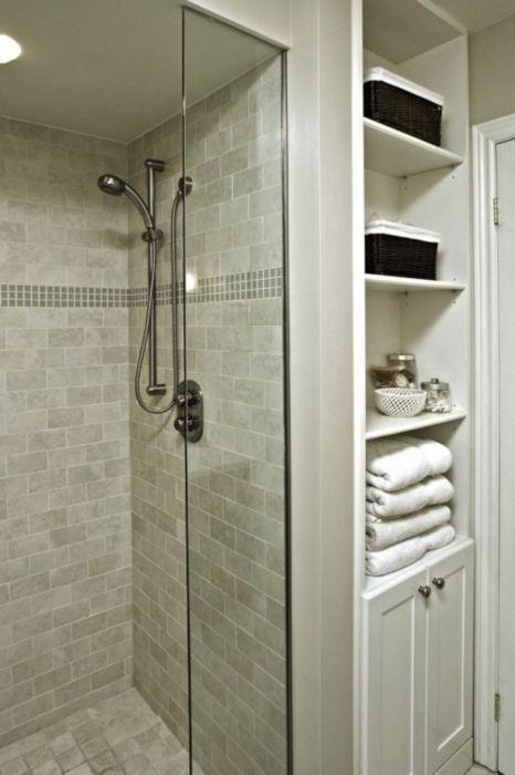 Специалисты рекомендуют использовать встроенные шкафы и стеллажи в небольших помещениях.