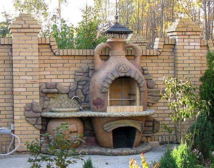 Садовая кирпичная печь-барбекю, как неотъемлемая часть ландшафтного дизайна садового участка.