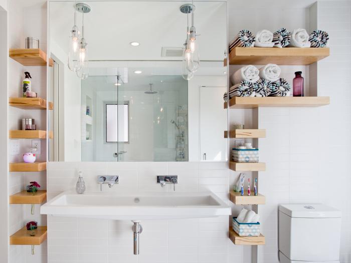 На широких полочках в ванной комнате можно хранить полотенца, корзинки с косметикой, моющие средства и банные принадлежности.