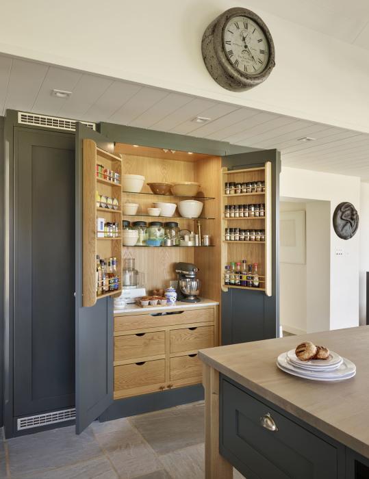 Хороший и очень практичный вариант оформления напольного шкафа на кухне.