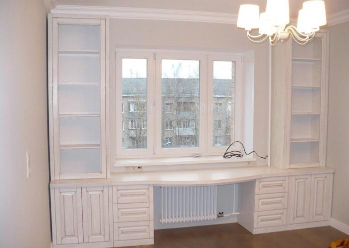 В любой гостиной комнате будут органично смотреться деревянные стеллажи у окна.