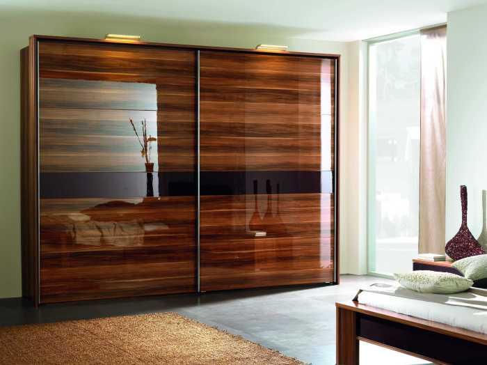 Корпусный шкаф-купе обшитый декоративной классической древесиной.