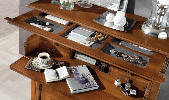 Рабочий стол может быть оснащён выдвижными полками, о существовании которых нелегко догадаться.