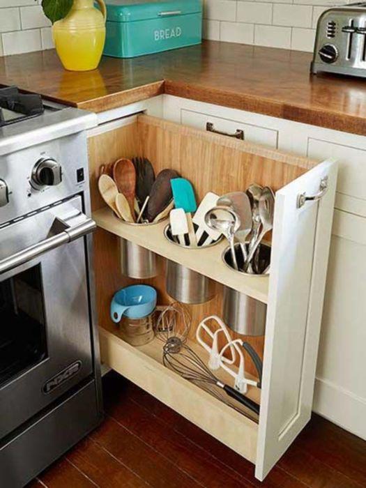 В выдвижных ящиках кухонного гарнитура довольно удобно разместить наборы мелких ассортиментов посуды.