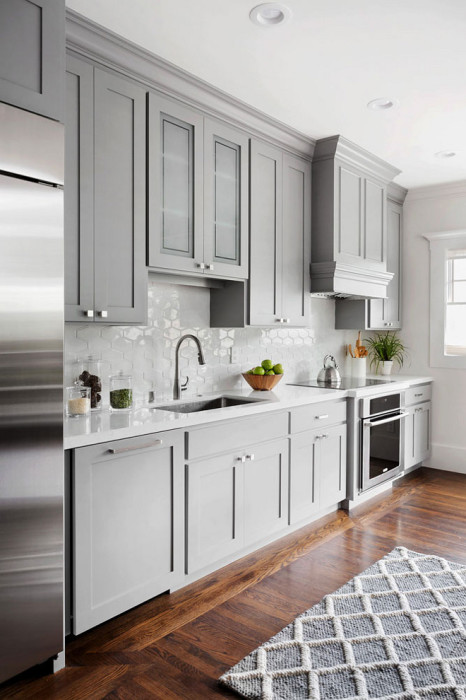 При желании, можно задействовать шкафы разной высоты, что позволит сделать кухонных гарнитур более привлекательней.