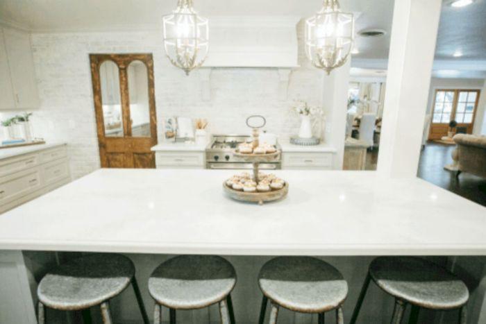 Просторная и светлая кухня - мечта любой хозяйки.
