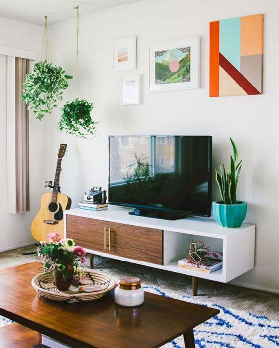 Современные картины в зоне для просмотра телевизора - отличное решение для гостиной комнаты.