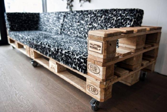 Мебель, созданная с использованием деревянных поддонов - смелое и оригинальное решение.