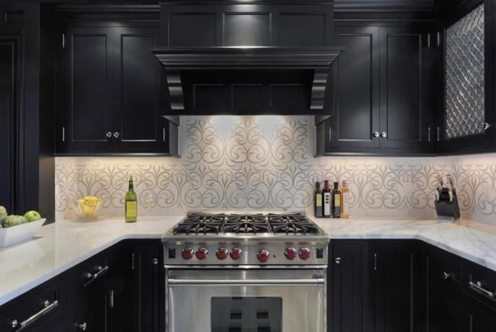 Сочетание чёрного и светлого оттенка в современном интерьере кухни способно создать динамичный и строгий стиль, который подойдёт для помещения любых размеров.