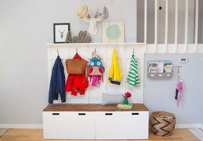 Простая лавка, вешалка и полки - отличный пример грамотного использования пространства в небольшой прихожей.