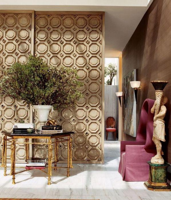 Резная деревянная дверь - это современное новшество, которое предназначено для экономии пространства и эстетики помещения.