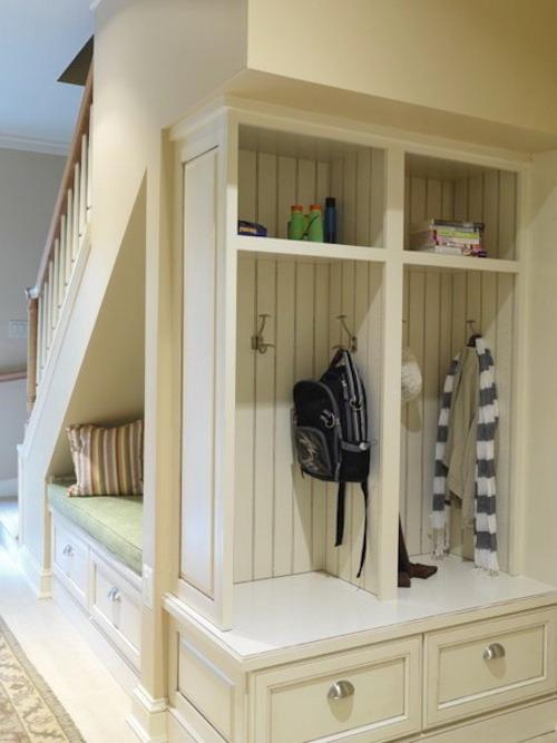 Пространство под лестницей может стать частью прихожей.