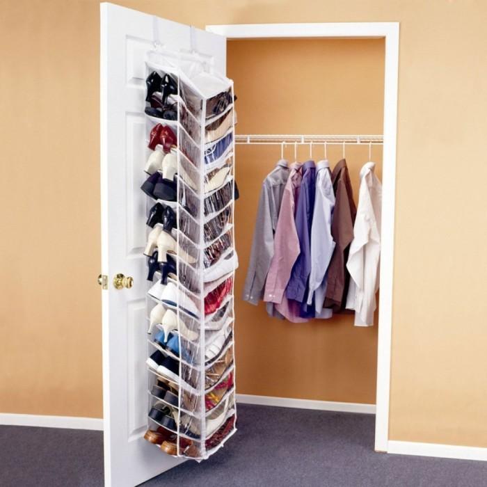 Металлическая конструкция на двери, которую можно использовать для хранения обуви.