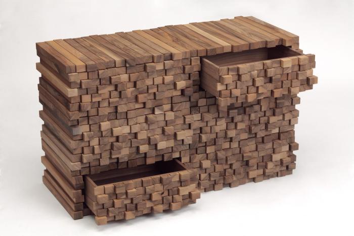 Замысловатый стол из дерева с множеством потайных ящиков.