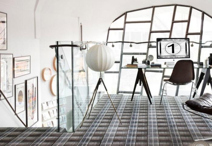 Оригинальное ковровое покрытие в стильном интерьере комнаты-студии.