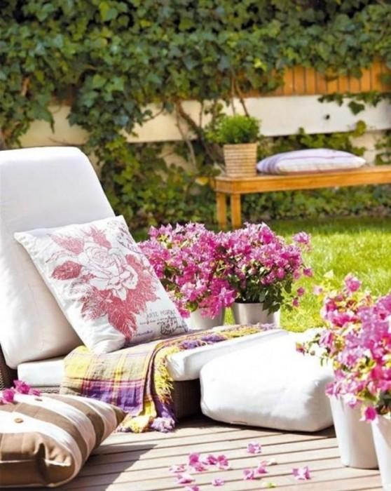 Лежак из старых поддонов и мягких подушек, который можно разместить на заднем дворе или в беседке.