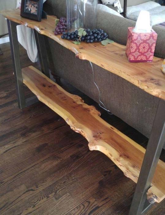 Небольшой стеллаж из металла и необработанной древесины.