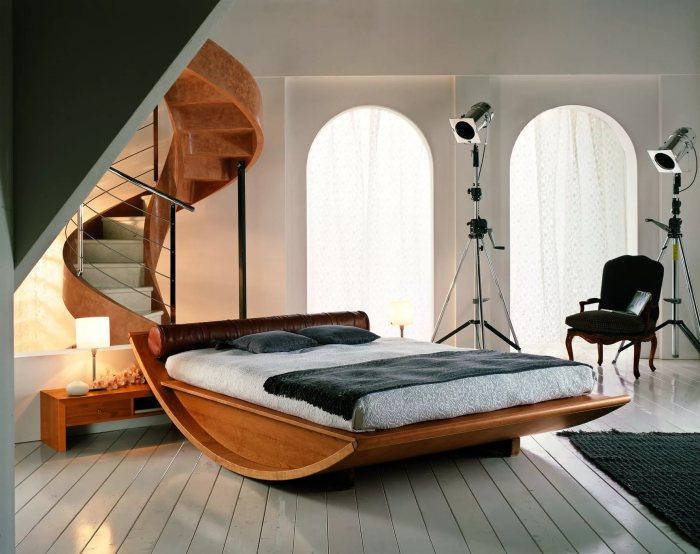 Чтоб кровать не казалась громоздкой и не занимала много места в помещении среднего размера, её стоит подбирать в минималистском стиле.