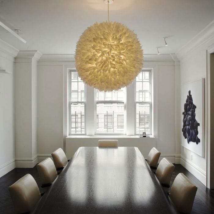 Современные необычный элемент освещения в интерьере комнаты в стиле минимализма.