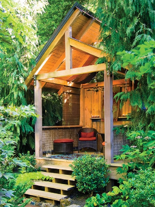 Эта деревянная беседка из натуральных материалов буквально создана для расслабления и комфортного отдыха.