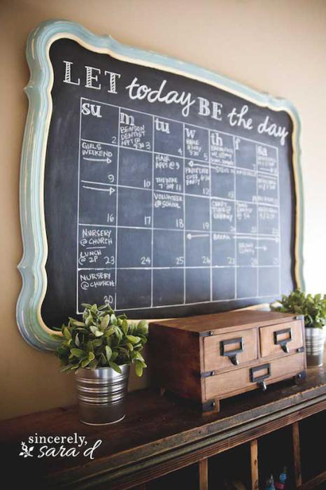 Настенный календарь, на котором можно писать мелом.