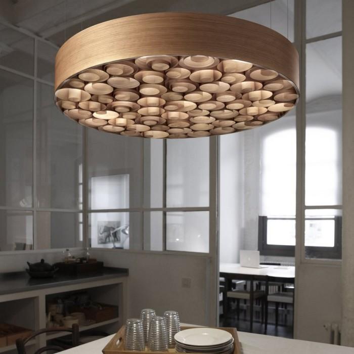 Деревянный потолочный светильник в форме круга в интерьере кухни.