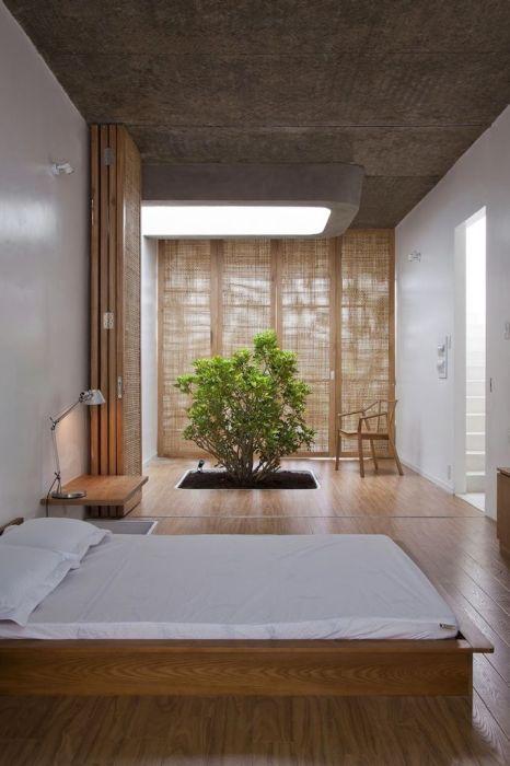 Яркий пример лаконичности в современном японском интерьере спальной комнаты — минимум оттенков, простые формы, никакой вычурности или пафоса.