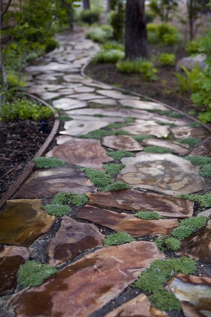 Садовая дорожка из натурального камня позволит создать эксклюзивный ландшафтный дизайн и поможет воплотить в жизнь свои творческие способности и дизайнерские идеи.