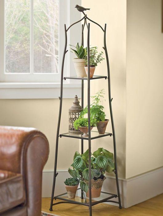 Кованые металлический стеллаж, изготовленный специально для горошков с комнатными растениями.