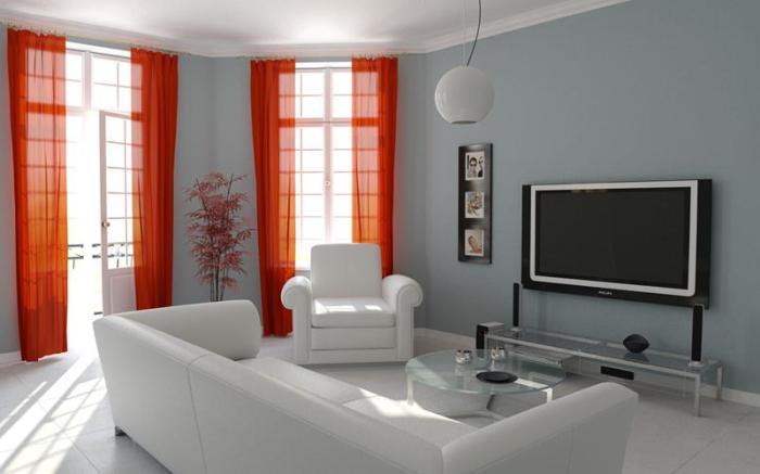 Светлая гостиная комната с яркими оранжевыми шторами.