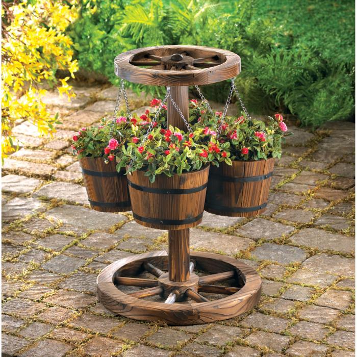 Интересный вариант украшения сада красивым деревянным кашпо.