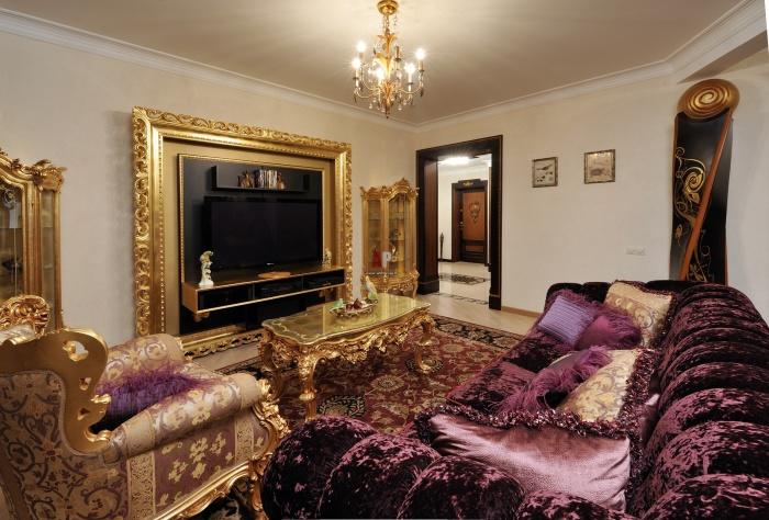 Золотой антураж современной гостиной комнаты в стиле Барокко.