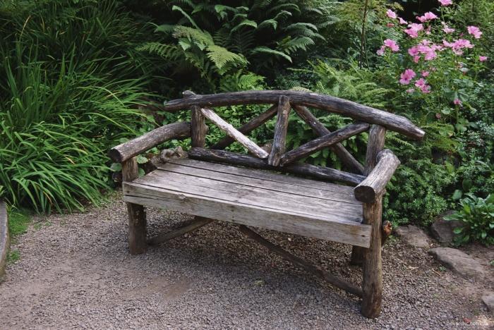 Имитация древности - отличное решение для деревянной скамейки на дачном участке.