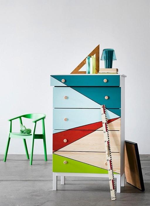 Новая жизнь старого шкафа из натуральной древесины – покраска в яркие цвета и оттенки.